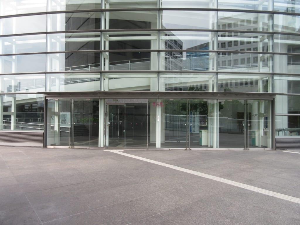 愛知芸術文化センターの南玄関