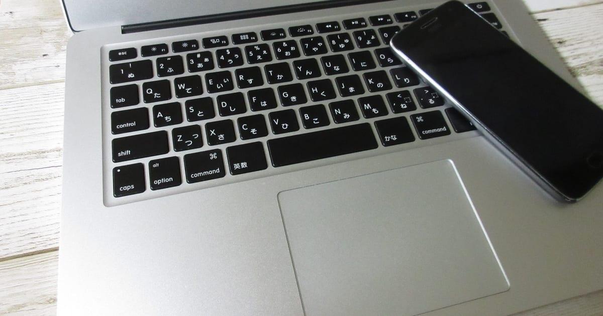 Macbook AirとMoto G5 Plus