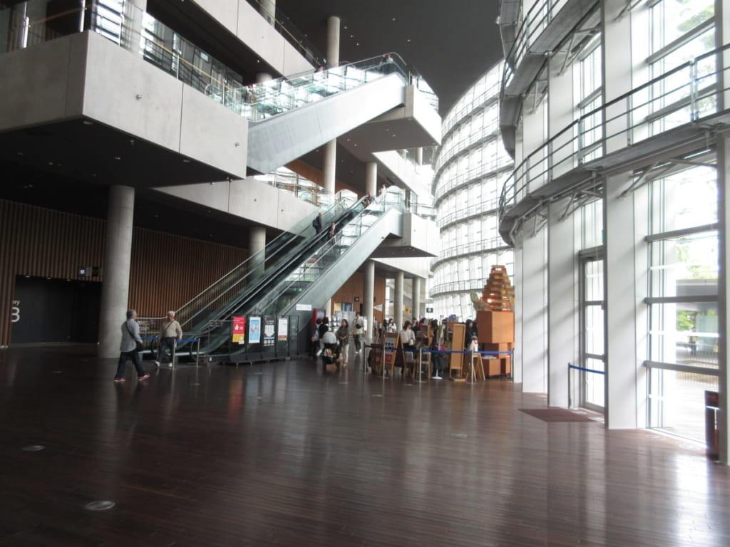国立新美術館1階エスカレータ